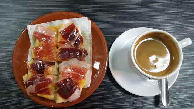tostada-de-jamon-con-cafe-negro